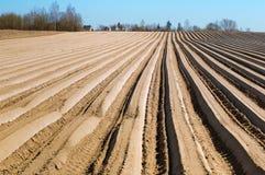 Vlotte voren van landbouwgrond, geploegd gebied in de lente royalty-vrije stock foto's