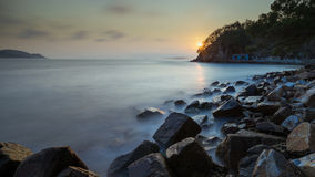Vlotte water overzeese kust in zonsondergang Royalty-vrije Stock Fotografie