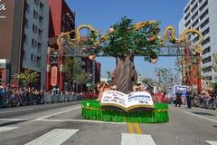 Vlotter tijdens 117ste Gouden Dragon Parade Royalty-vrije Stock Foto