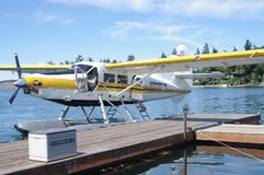 Vlottervliegtuig bij de pijler stock afbeelding