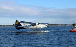 Vlottervliegtuig die binnen bij Jachthaven in Nanaimo komen te dokken stock foto's