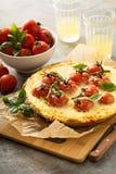 Välsmakande ost som är syrlig med körsbärsröda tomater Fotografering för Bildbyråer