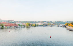 Vltara河看法,看见新的镇和桥梁河岸  免版税库存照片