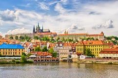 Vltava en Hradcany-district in Praag, Tsjechische Republiek stock afbeeldingen