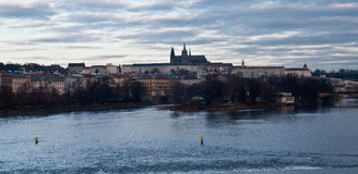 Vltava flod med den Prague slotten på bakgrunden Arkivfoto