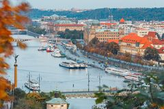 Vltava flod och broar i Prague Arkivbilder
