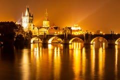 Vltava flod och Charles Bridge med det gamla stadbrotornet vid natt, Prague, Czechia Lokal för Unesco-världsarv royaltyfri bild