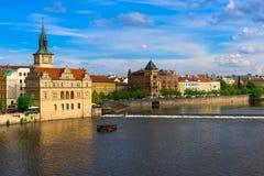 Vltava flod och gammal stad i Prague för republiktown för cesky tjeckisk krumlov medeltida gammal sikt Royaltyfri Bild