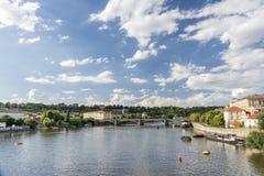 Vltava flod och (Josef) Manes Bridge, Prague, Tjeckien royaltyfria bilder