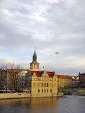 Vltava Flussdamm, Prag Stockfoto