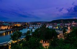 Vltava mosty w Praga aftet zmierzchu i rzeka Obrazy Stock