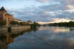 Vltava nadbrzeże rzeki w Praga centrum Fotografia Royalty Free