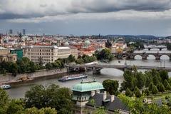 Vltava och broar i Prague Arkivbilder