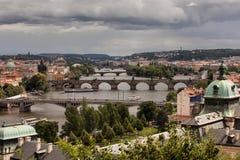 Vltava och broar i Prague Arkivfoton