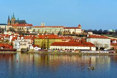 Vltava och Hradcany, Prague, Tjeckien Royaltyfria Foton