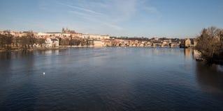 Vltava rzeka, Karluv i Hradcany z Prazsky hrad, najwięcej mostu roszujemy w Praga mieście w republika czech zdjęcie stock