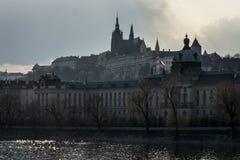 Vltava & slotten av Prague Arkivbilder