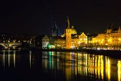 Vltavarivier in Praag in de nacht Royalty-vrije Stock Afbeeldingen