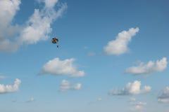 Vlucht aan het valscherm. Stock Afbeelding