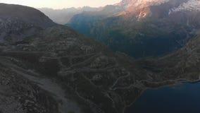 Vlucht in bergen bij zonsopgang stock video