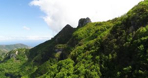 Vlucht in bergen boven Amalfi kust in Italië stock footage