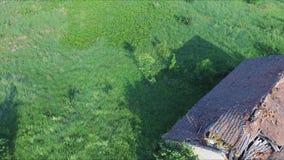 Vlucht boven het oude verlaten en geruïneerde huis en het mooie de zomerlandschap stock videobeelden