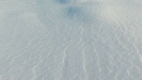 Vlucht boven sneeuwgebieden in de winter, luchtpanorama Sneeuwpatroon en textuur Sneeuwwoestijn stock videobeelden