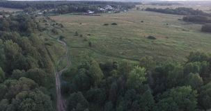 Vlucht nal gebied, groene weidenweg Het blauwe vrachtwagen drijven aan het dorp Toeristententen door het meer Bloeiend bos stock footage