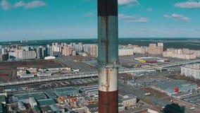 Vlucht omhoog dichtbij met de Elektrische centrale van het Pijpdistrict stock footage