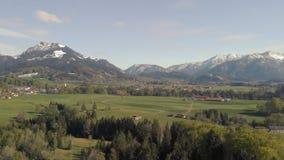 Vlucht over Beiers landschap dicht bij de alpen stock videobeelden