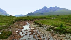 Vlucht over beroemde Sligachan-Brug op het Eiland van Skye stock video