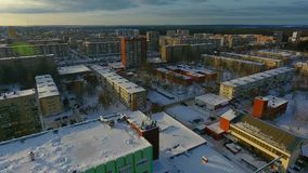 Vlucht over de de winterstad stock footage