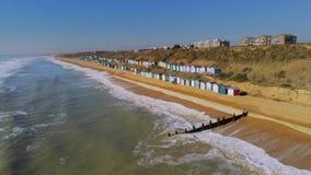 Vlucht over de Engelse zuidenkust met zijn kleurrijke hutten stock video