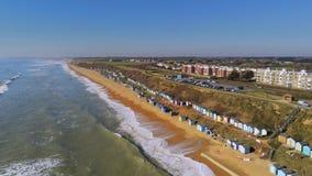 Vlucht over de Engelse zuidenkust met zijn kleurrijke hutten stock footage