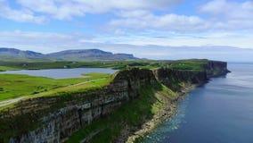 Vlucht over de groene kustlijn en de klippen op het Eiland van Skye in Schotland stock video