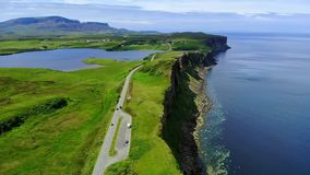 Vlucht over de groene kustlijn en de klippen op het Eiland van Skye in Schotland stock videobeelden