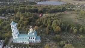 Vlucht over de Kazan Kerk dichtbij het dorp Borisogleb stock video