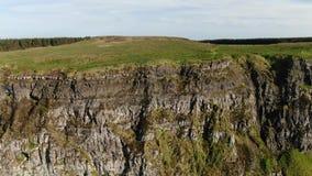 Vlucht over de Klippen van Binenenagh in Noord-Ierland stock video