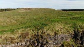 Vlucht over de Klippen van Binenenagh in Noord-Ierland stock footage