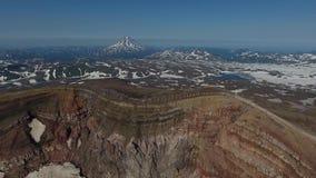 Vlucht over de krater van de Gorely-vulkaan Mening van de vulkaan Vilyuchinsky stock footage