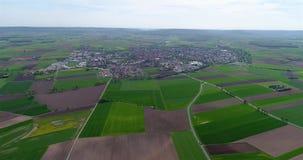 Vlucht over de landbouwstreek in Europa, Duitsland Landelijk dorp in Europa Europese landbouw stock footage