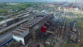 Vlucht over de metallurgische installatie stock footage