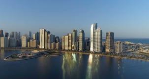 Vlucht over de stad van een hoogte van 150 meters Sharjah stock videobeelden