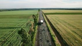 Vlucht over de weg met een auto stock video