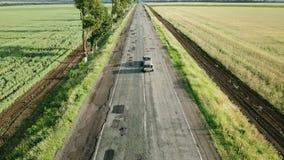 Vlucht over de weg met een auto stock footage
