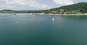 Vlucht over de zomer Solina Lake in Poolse Bieszczady stock video
