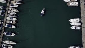 Vlucht over een dok met heel wat jachten en boten die - van een hommel schieten stock videobeelden
