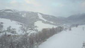 Vlucht over een dorp in Karpatische bergen De mening van het vogel` s oog van snow-covered huizen in bergen Landelijk landschap b stock footage