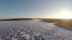Vlucht over het bevroren reservoir stock video