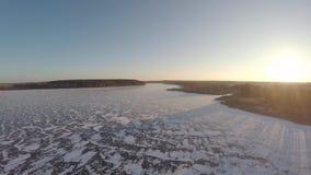Vlucht over het bevroren reservoir stock footage